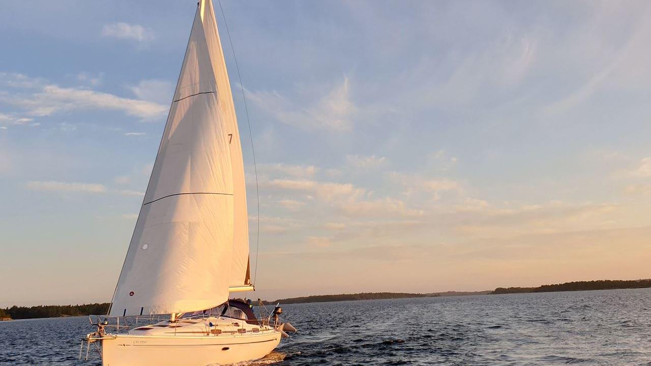 segelbåt seglar i solnedgång