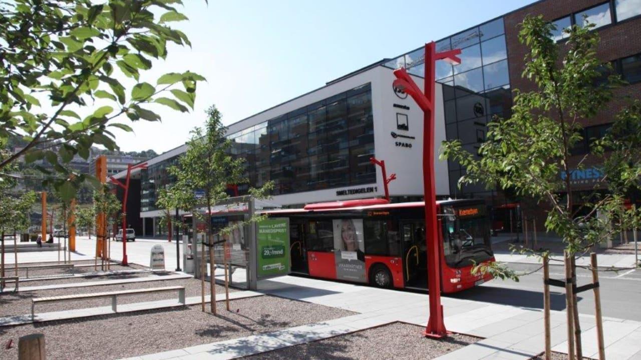 Bilde av bussholdeplass utenfor Kværnerhallen