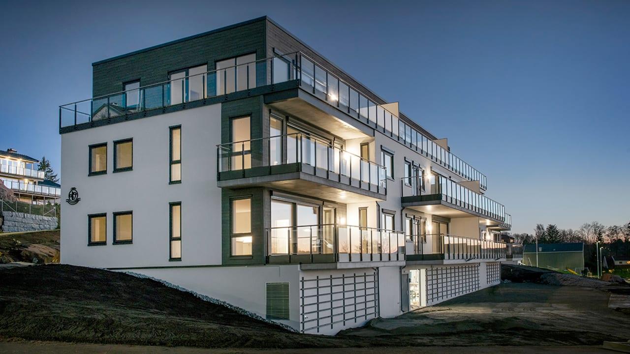 Ferdigstilt fasade i boligprosjektet Skogro på kveldstid.