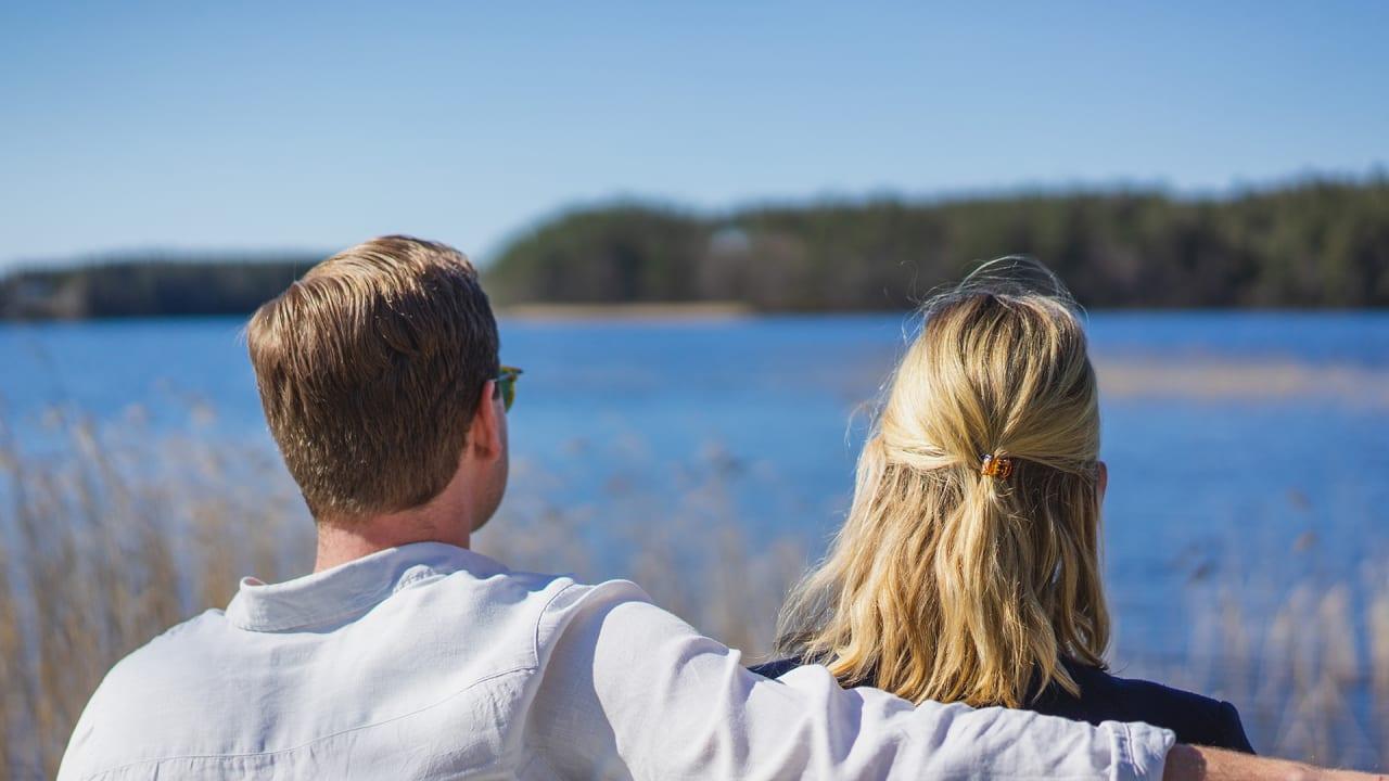 Två människor som blickar ut över Mullsjön