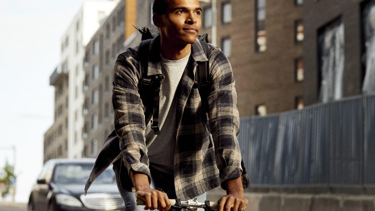 Mann som sykler med sekk på Ulven.