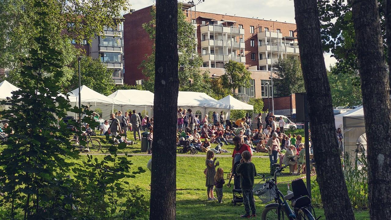 Festival i en Holmliaparken, med mange mennesker og partytelt