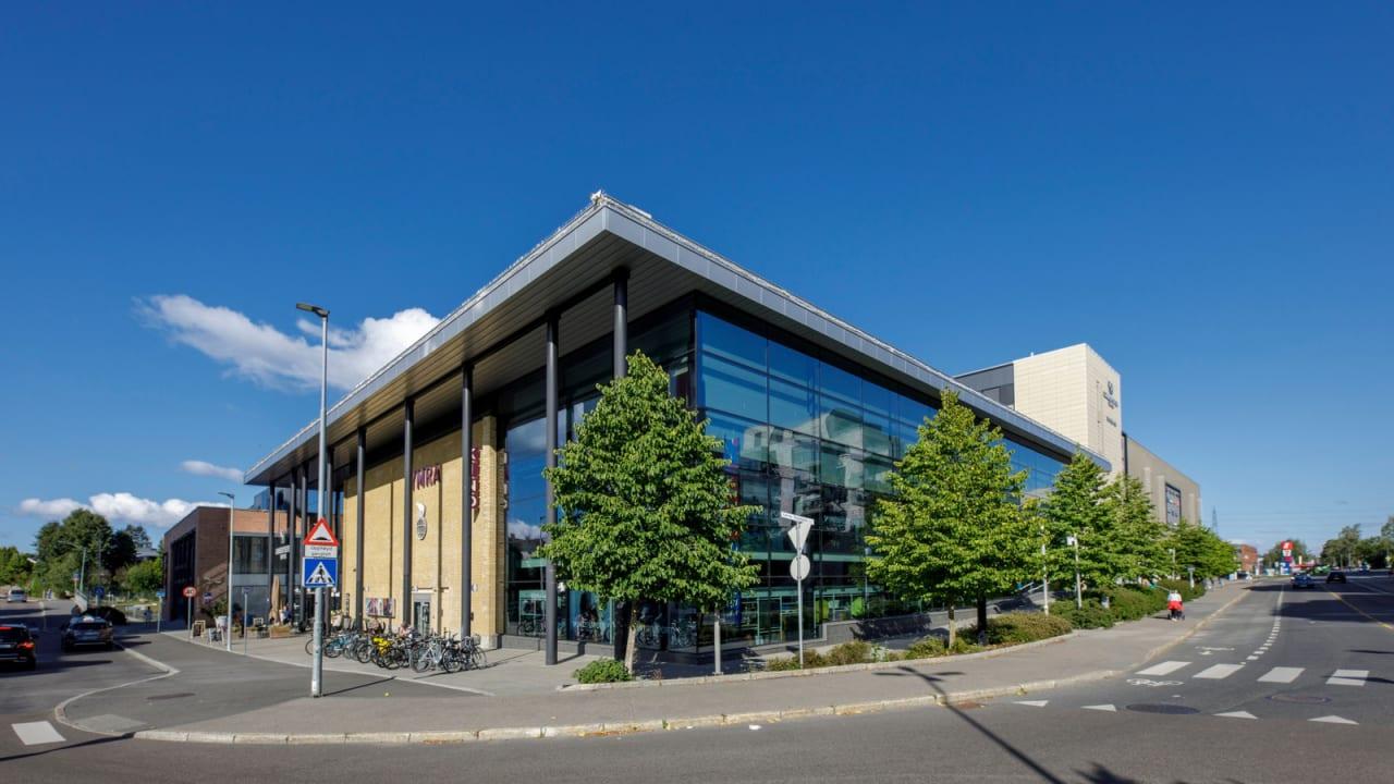 Lambertseter Senter har over 80 butikker og servicefunksjoner, og en viktig møteplass i bydel Nordstrand