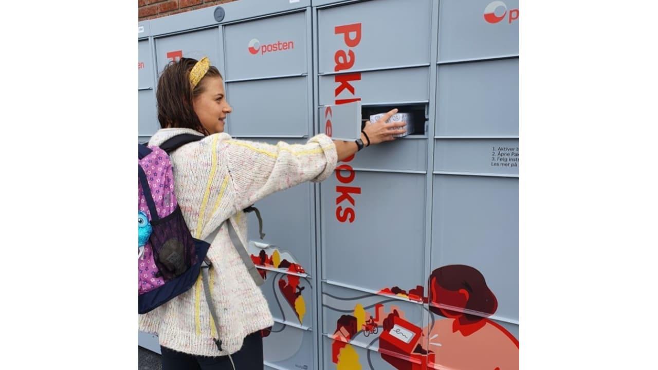 Bilde av pakkebokser med kunde som bruker den