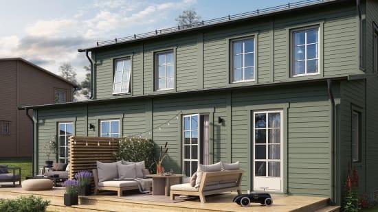 Grön exteriör och en härlig uteplats på ett hus i obos-projekt Brf Talldungen i Skölsta