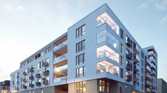 Fasaden til bygg D med store vinduer og balkonger i 2317 Sentrumskvartalet.