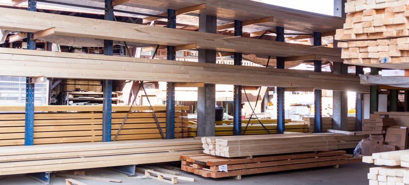 Hyller med planker på et lager