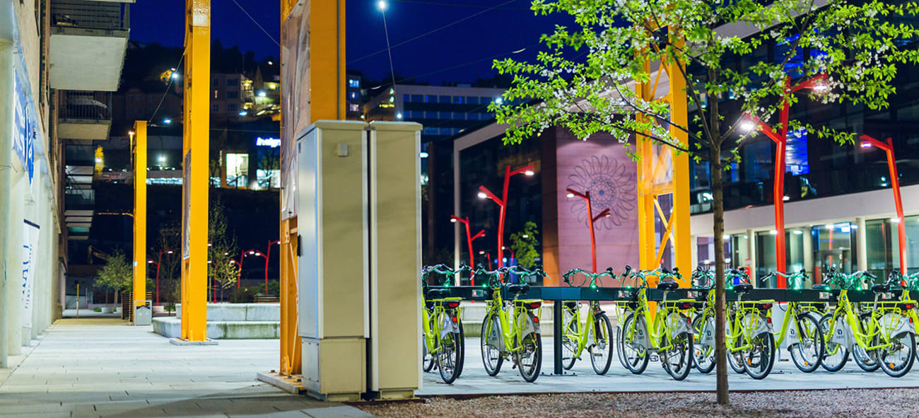 Mange el-sykler står parkert i Kværnerbyen på kveldstid.