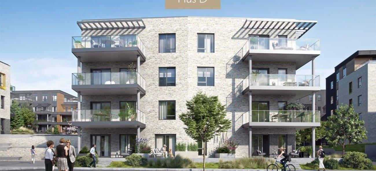Bilde av boligblokk med store terrasser og trær og gangveier på bakkeplan