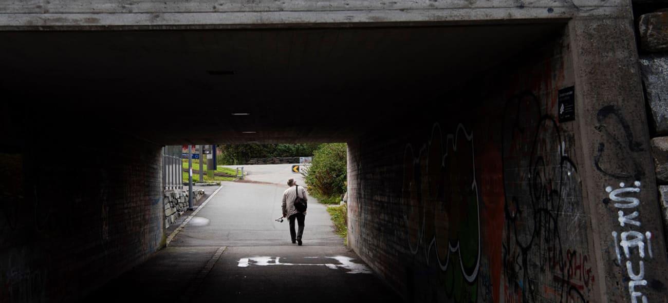 Mann går ut av en tunnell