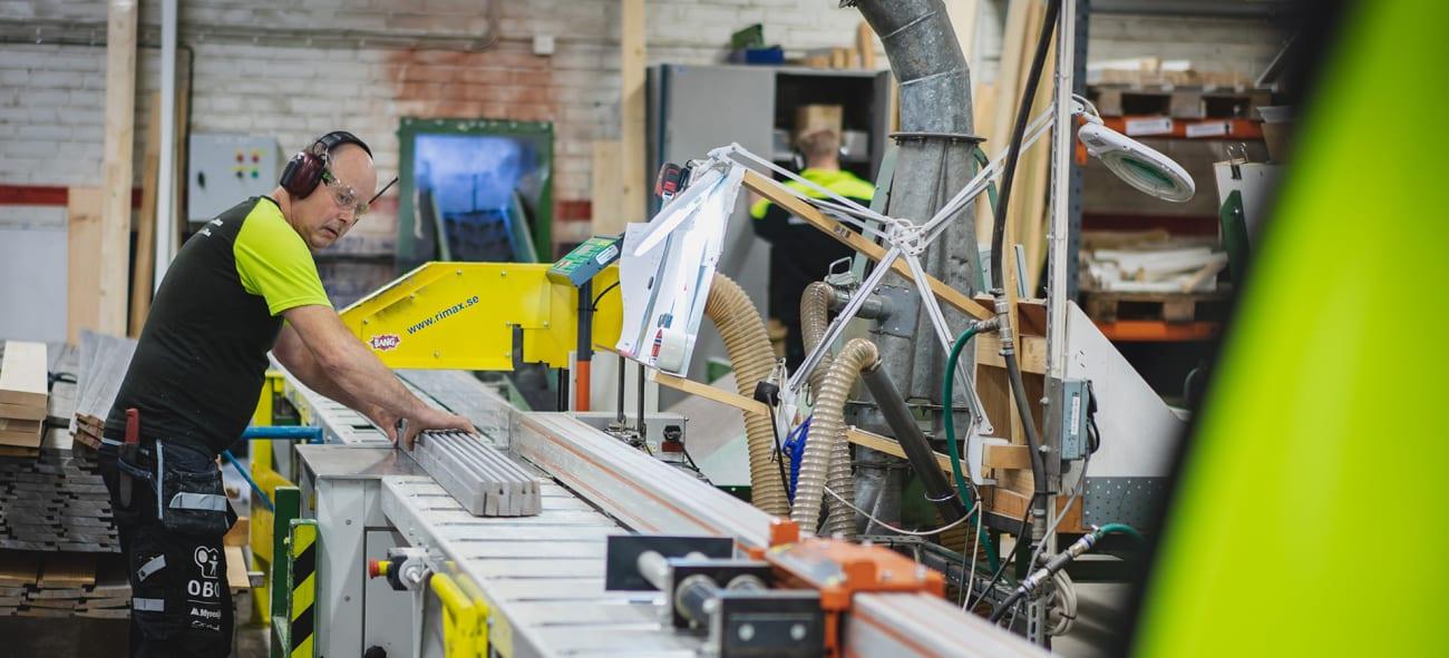En man arbetar på en OBOS fabrik