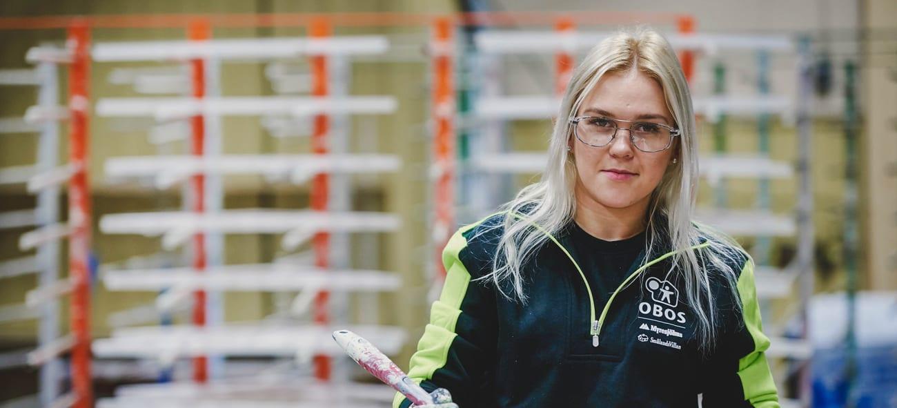 En tjej jobbar på en OBOS-fabrik