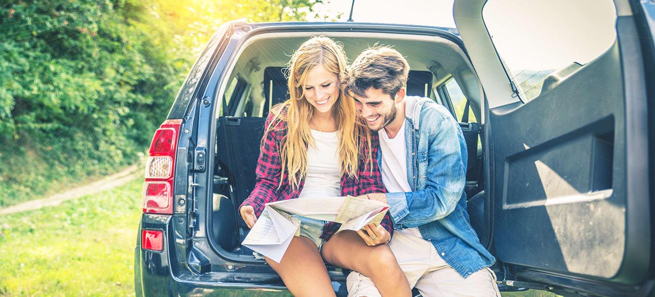 par läser karta på semester