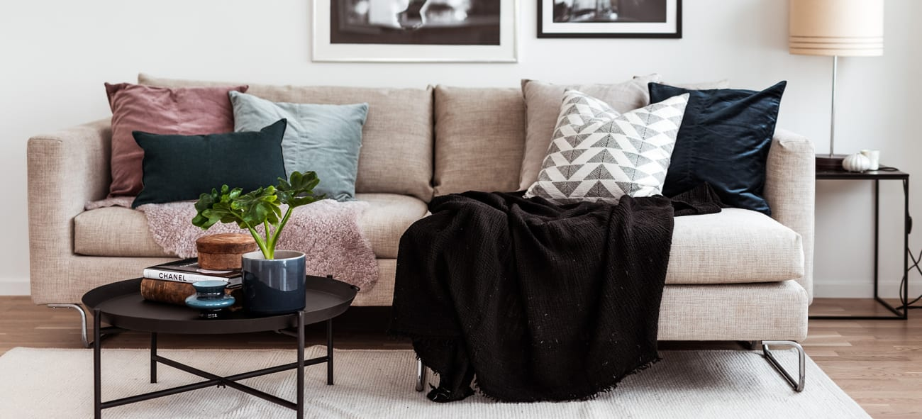 Vardagsrum soffa tavlor och interiör obos