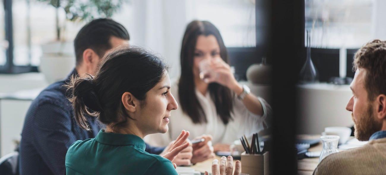 Mänoch kvinnor på möte