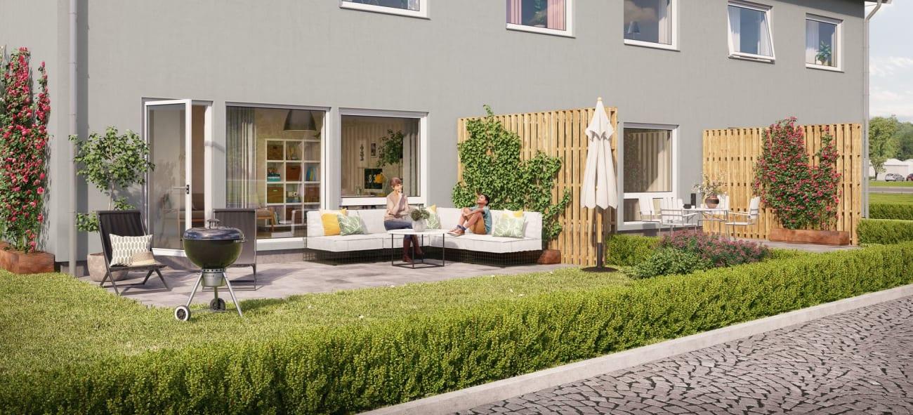 svanenmärkt lägenhetshus med två våningar med fina grönskande uteplatser