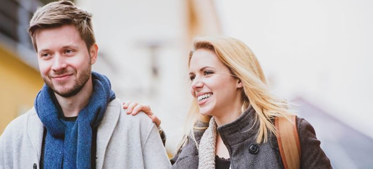 Närbild på kvinna och man som går på gatan