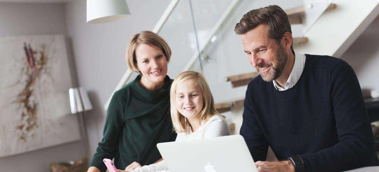 En familie ser på mulighetene for internett og TV-pakker hos OBOS OpenNet