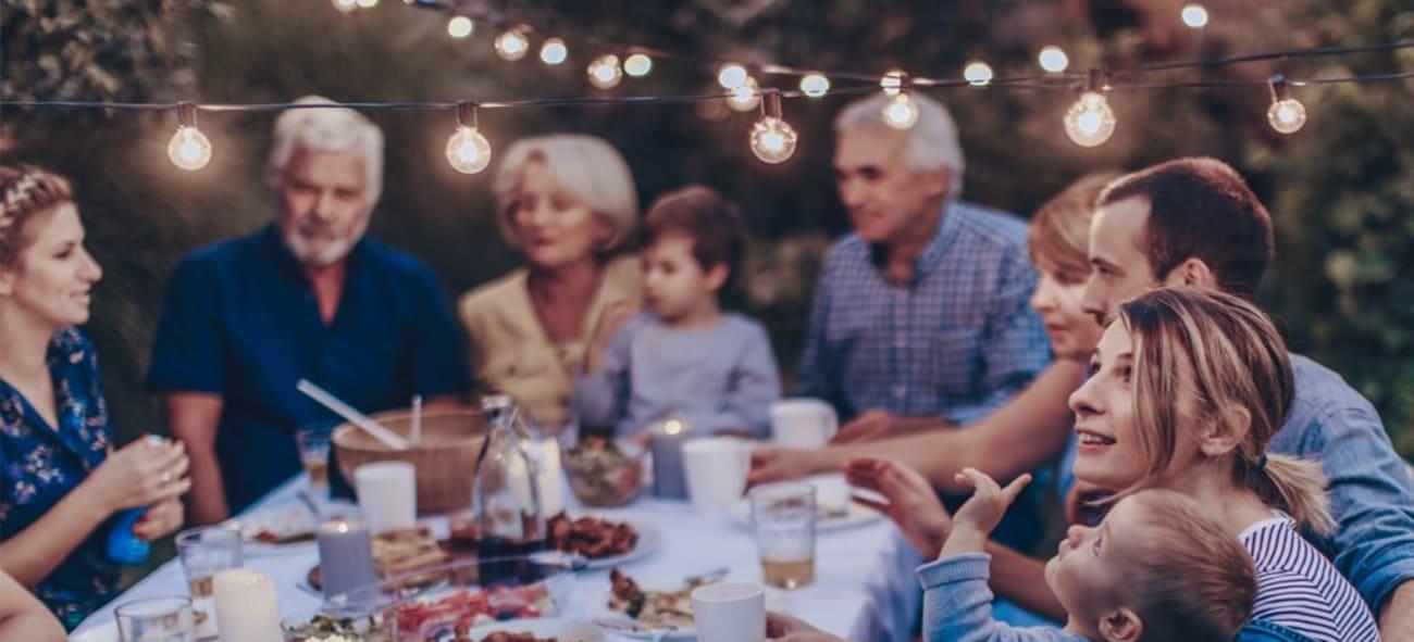 familj har middagsbjudning i trädgården