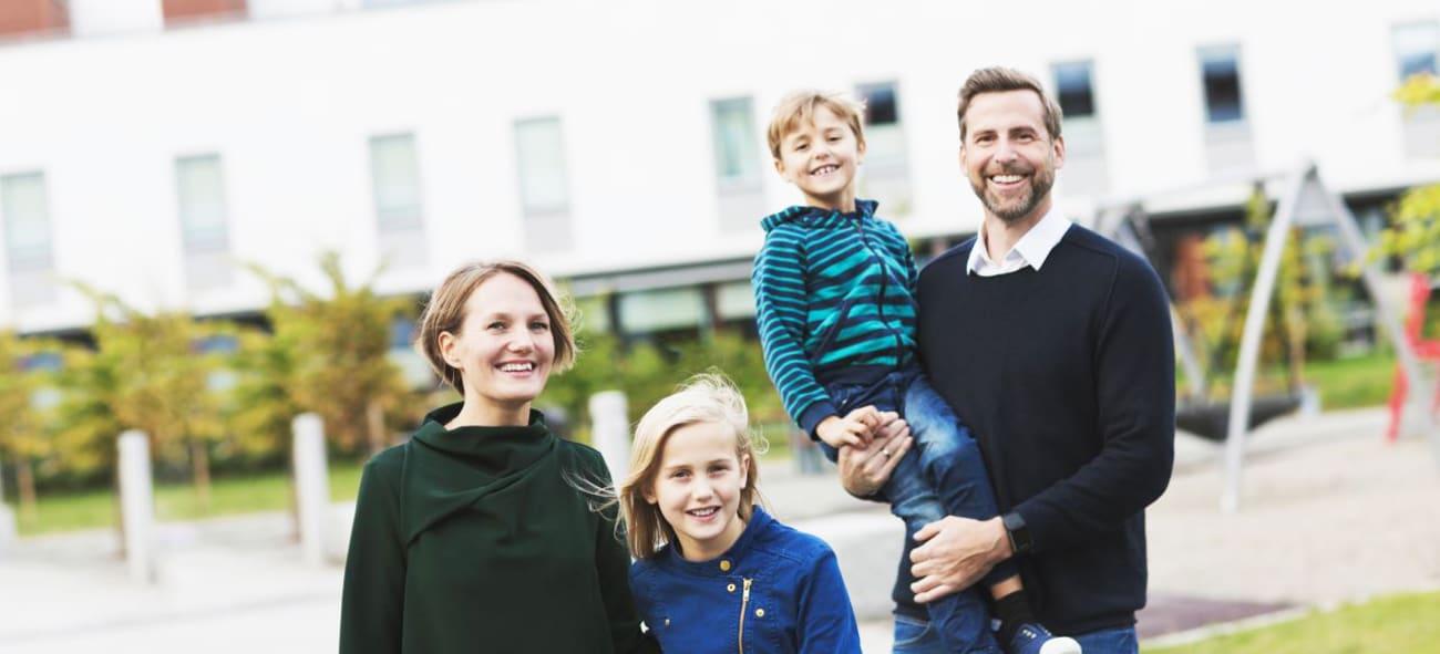 en familj står framför ett radhus från obos