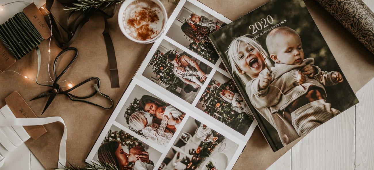 Fotobøker med bilder av barn og familie pluss julepynt rundt