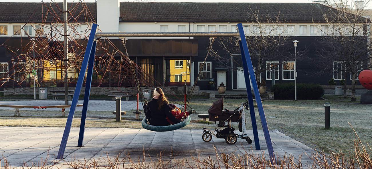 Mor og barn på lekeplass på Løren