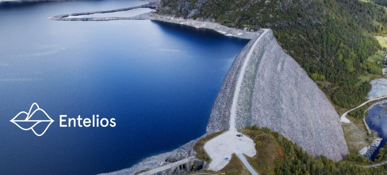Bilde av fjell, vann og vei med Entelios logo