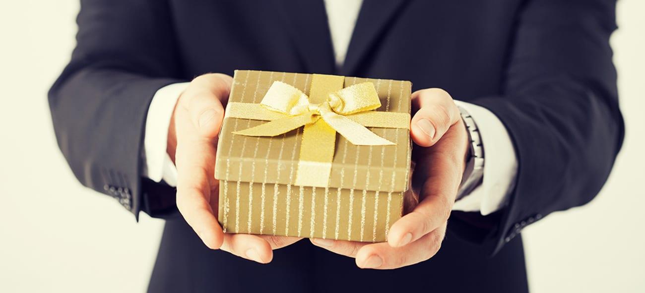 To hender som holder en gave.