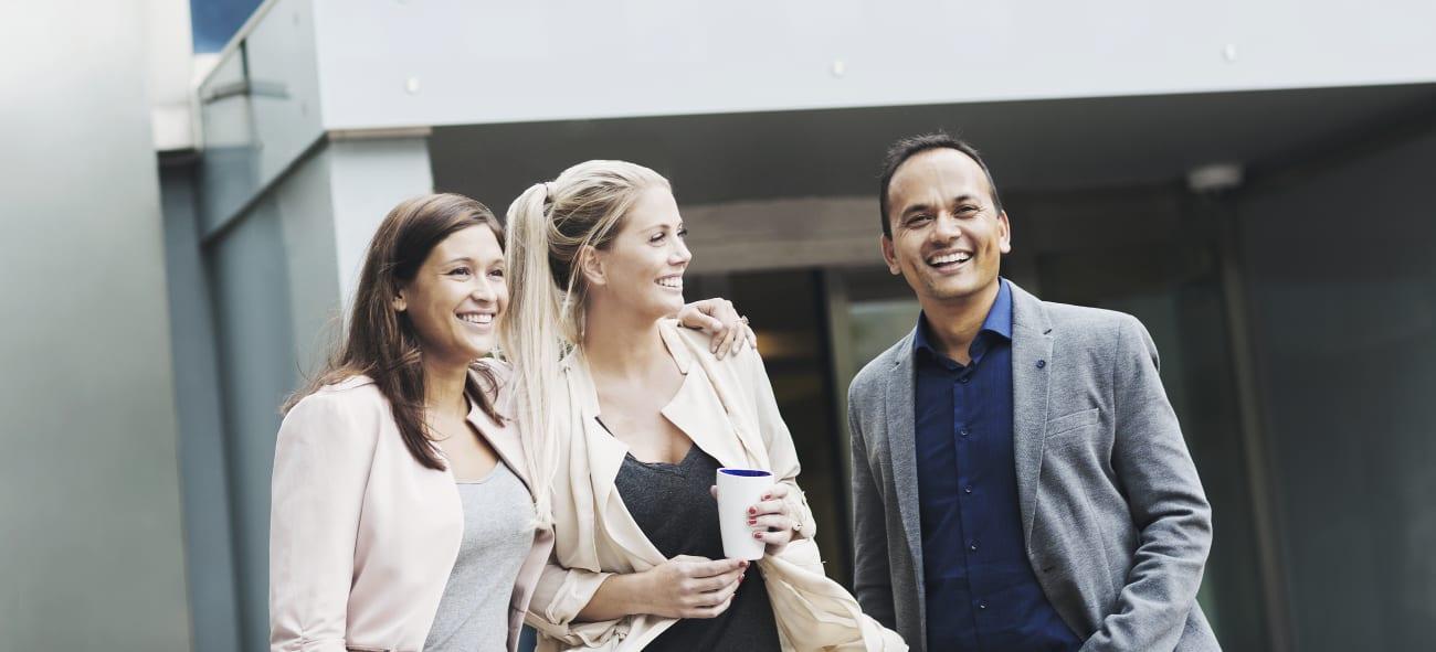 Tre personer utenfor OBOS-kontorene. Foto.