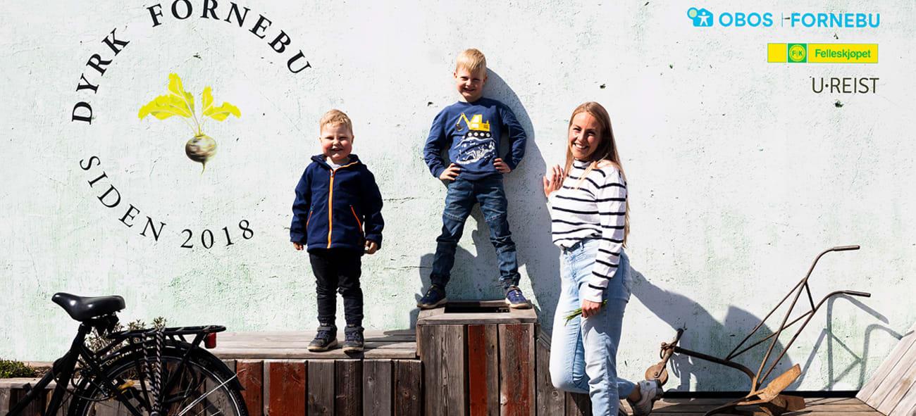 Foto som viser to barn og en dame på Fornebu