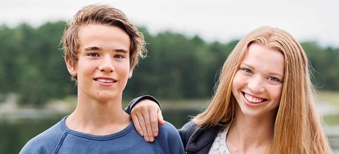 Fotografi av et smilende kjærestepar.