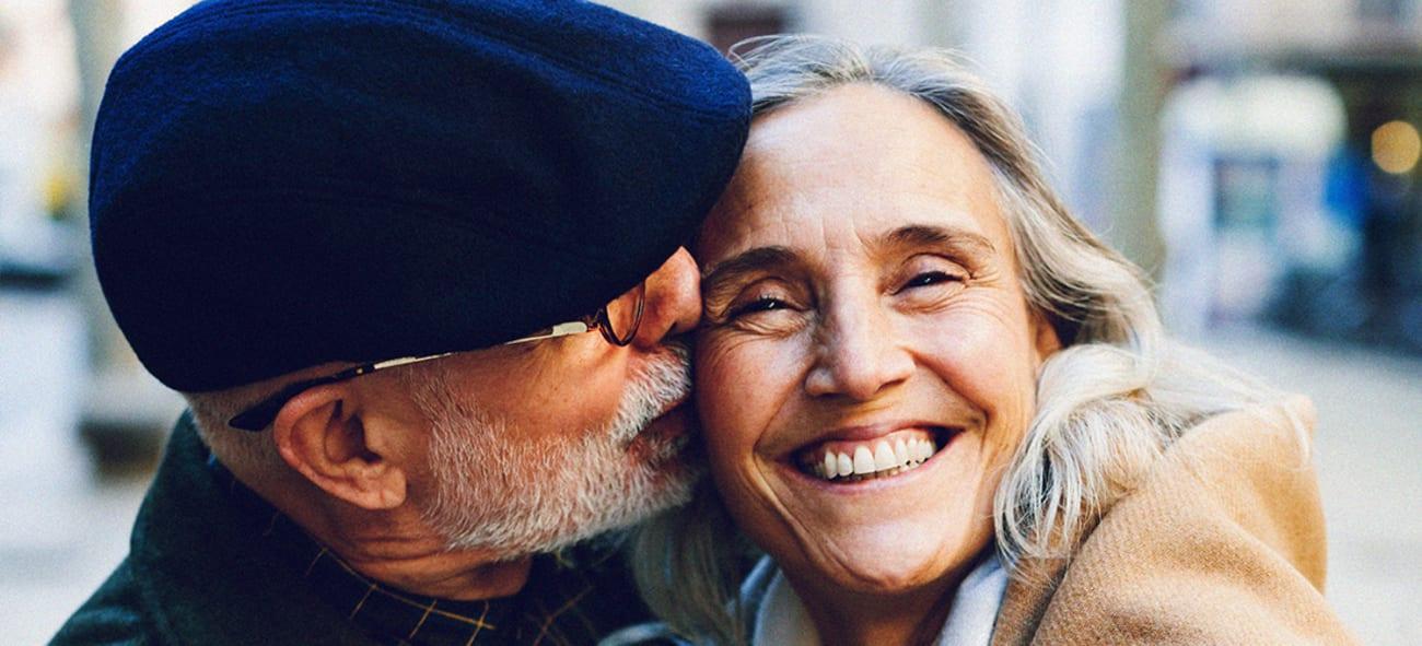 Eldre par som smiler til kamera.