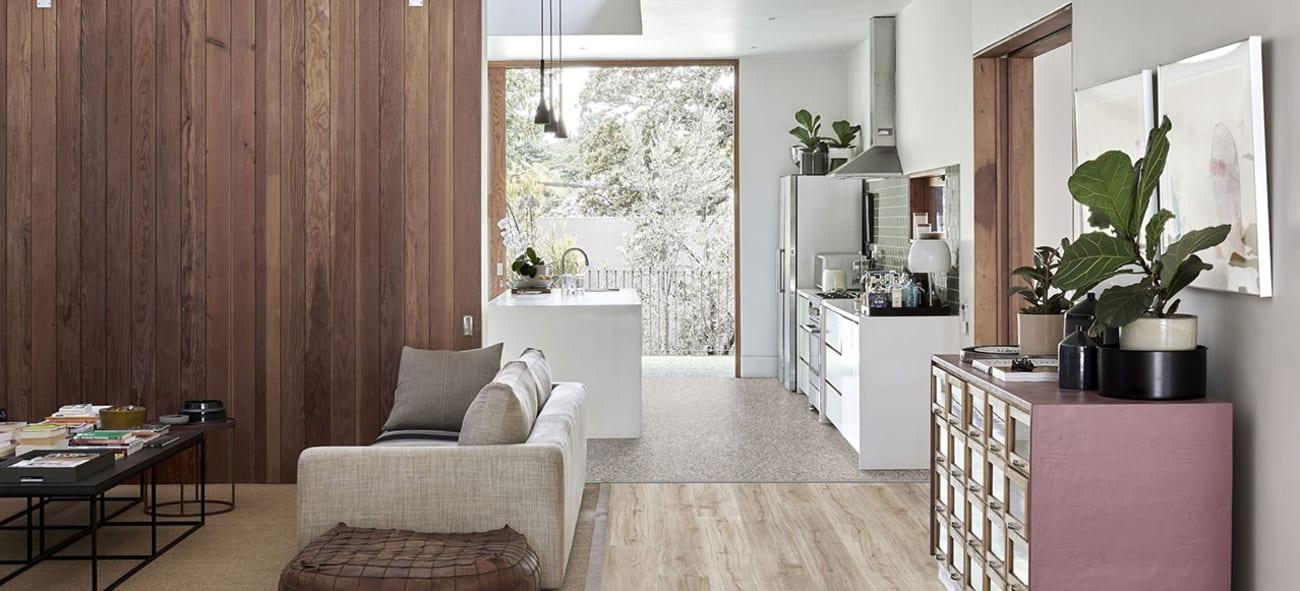 Bilde av åpen stue- og kjøkkenløsning i skandinavisk stil.