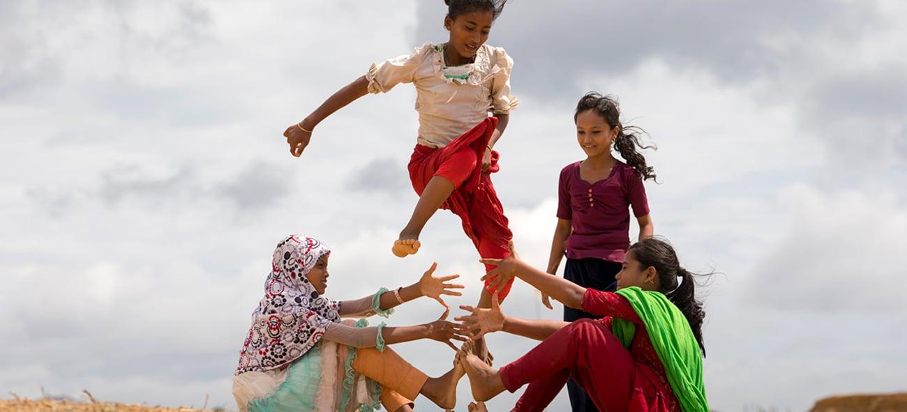 Fire barn leker i Bangladesh