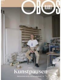 Keramikkunstner Anette Krogstad sittende på en taburett i Galleri Format i Oslo