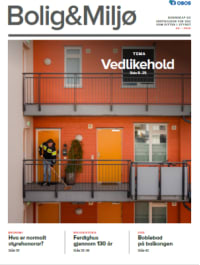 Fasade på blokk med røde vegger og oransje dører. Mann som koster i svalgangen.