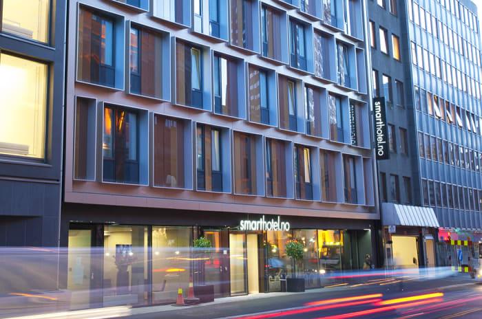 Fasaden på Smarthotel i Oslo, et vanlig bygg med mange vinduer ut mot en bilvei