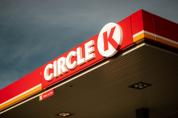 Taket på en Circle K stasjon med logoen.