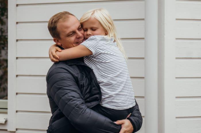 En man som håller om sin dotter