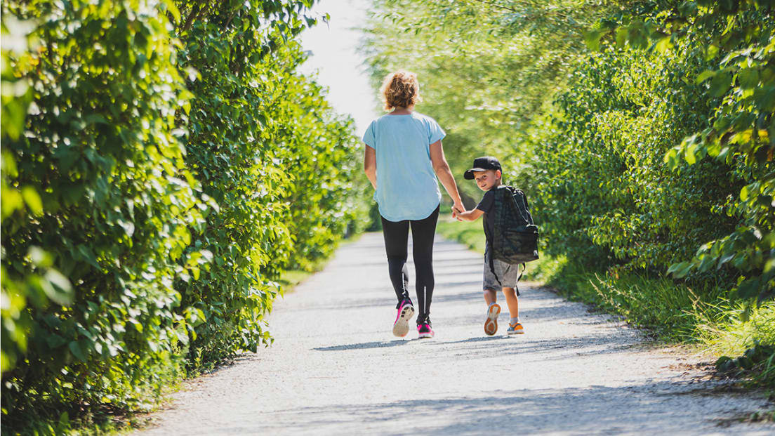 Kvinna och barn på promenad i Tygelsjö