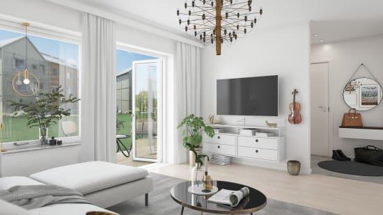 vardagsrum med stora fönster och en stor svart ljuskrona