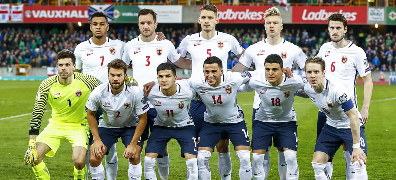 Det norske herrelandslaget i fotball på banen før VM-kvalifiseringskampen mot Nord-Irland i Belfast.