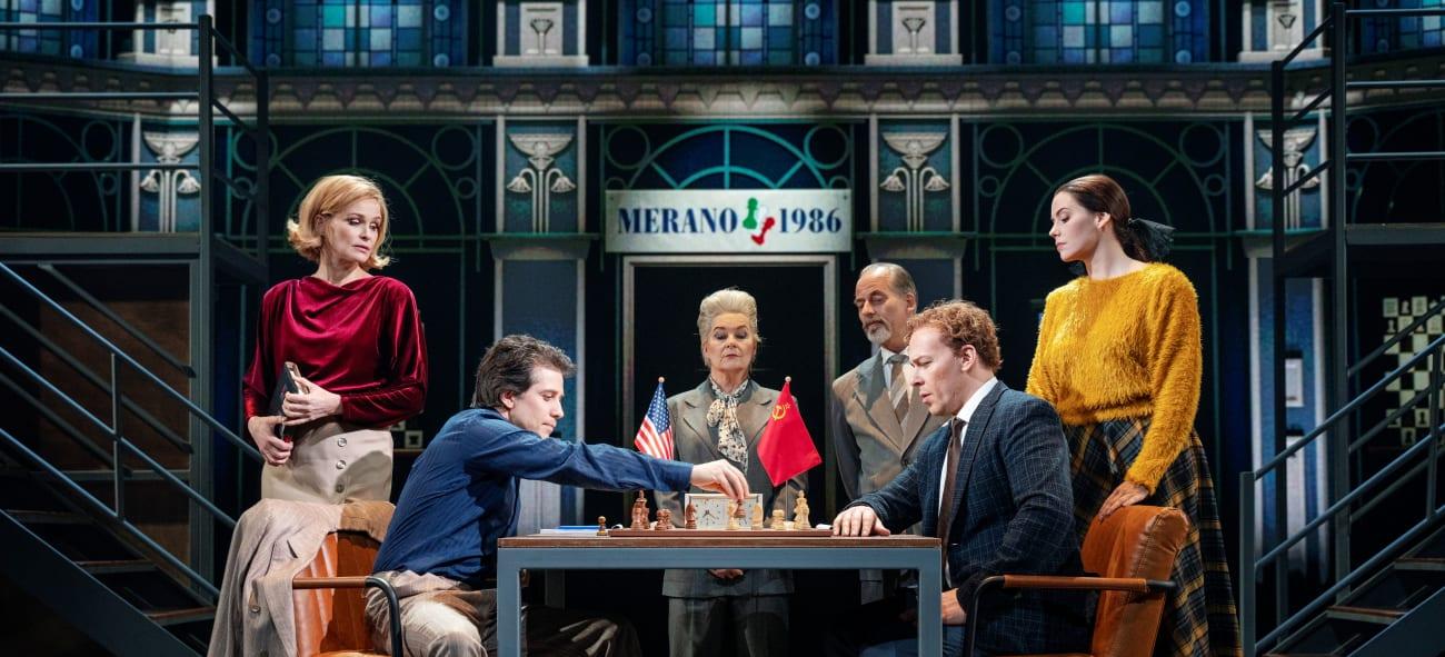 Scenebilde. To av hovedrollene spiller sjakk mot hverandre.