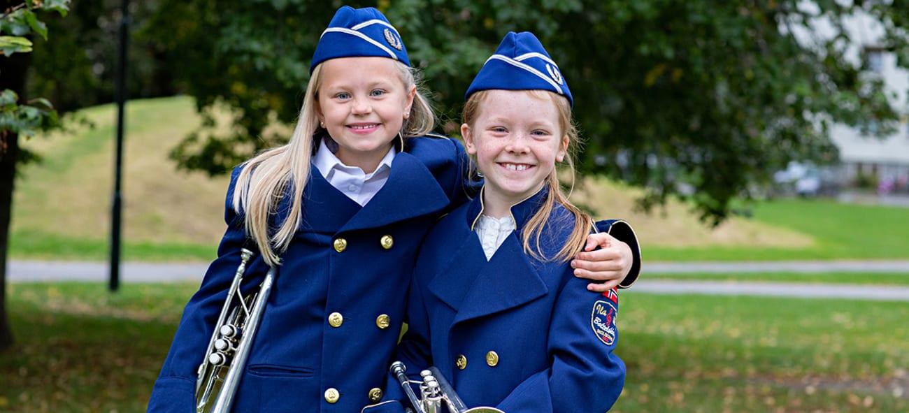 Foto av to korpsjenter som smiler.