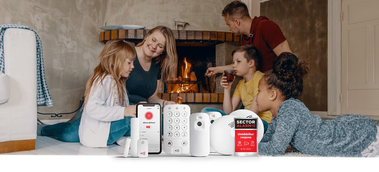 En familie foran en peis med Sector Alarm-produktene i forgrunnen