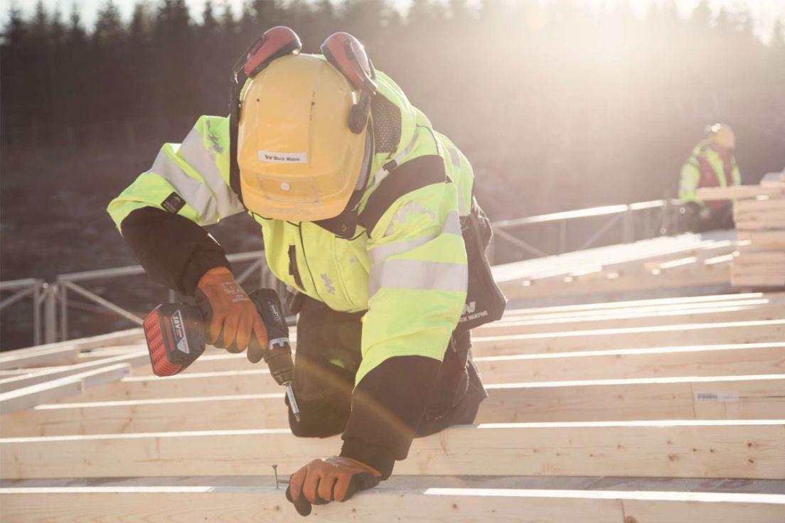 Tømrer jobber på tak