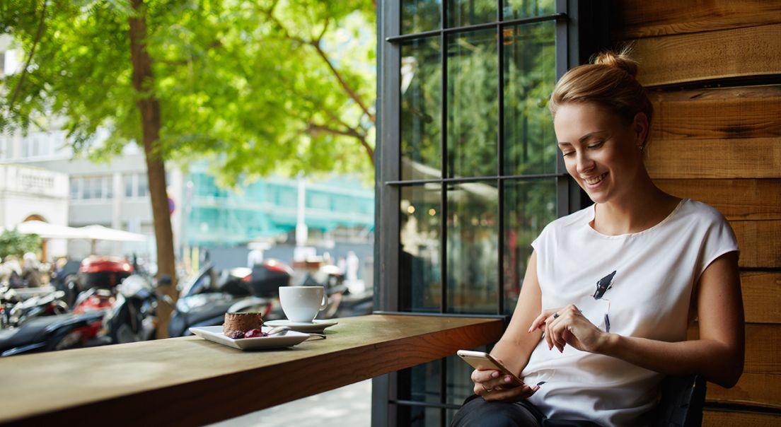 Dame på kafé i nærheten av Frysja.