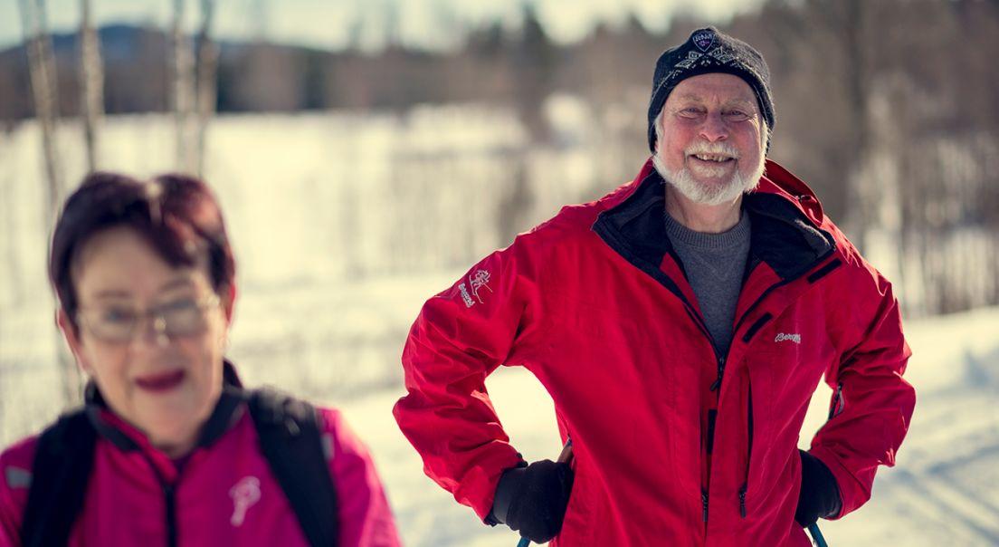 Bilde av et eldre par ute på skitur.
