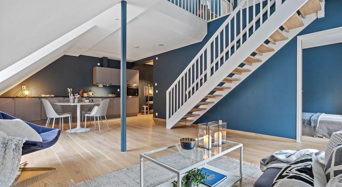 Stue, trapp og kjøkken i toppetasjen i Kværnerdammen.
