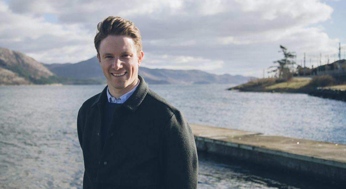 OBOS prosjektleder Markus Stensholt ved vannet og bryggen i Stavanger